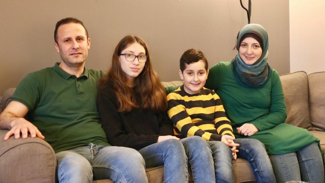 TRIVAST: Familien Sino liker seg godt på Byrknesøy og har fått mange venner der. Frå venstre: Ahmad J. Sino, dottera Tasnem (13), sonen Mhamma Jomae (10) og kona Rehab Brou.