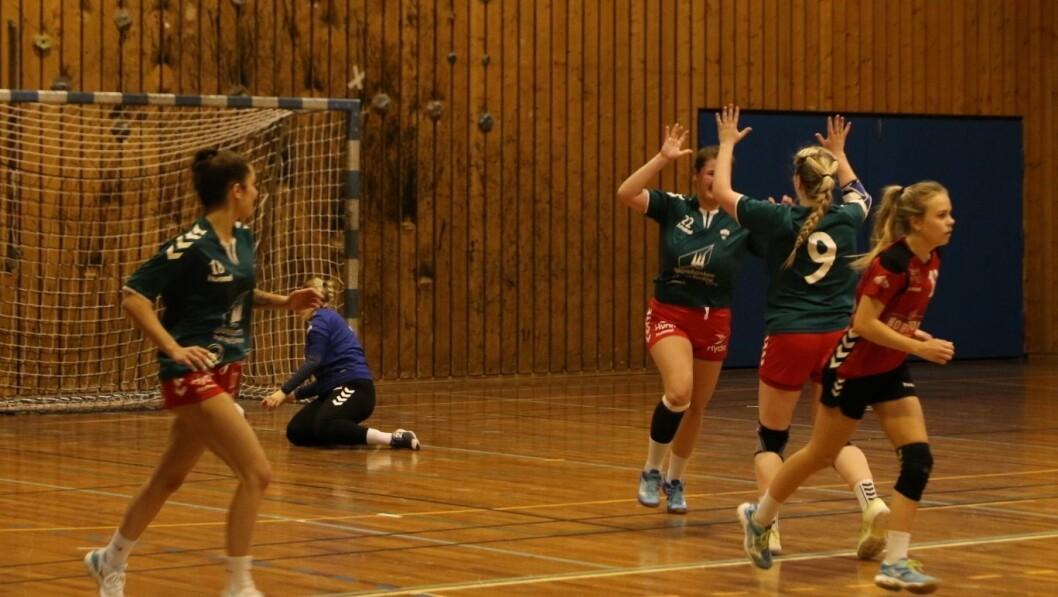 TOK POENG: Handballdamene til Jotun tok laurdag sitt første poeng på ni kampar.
