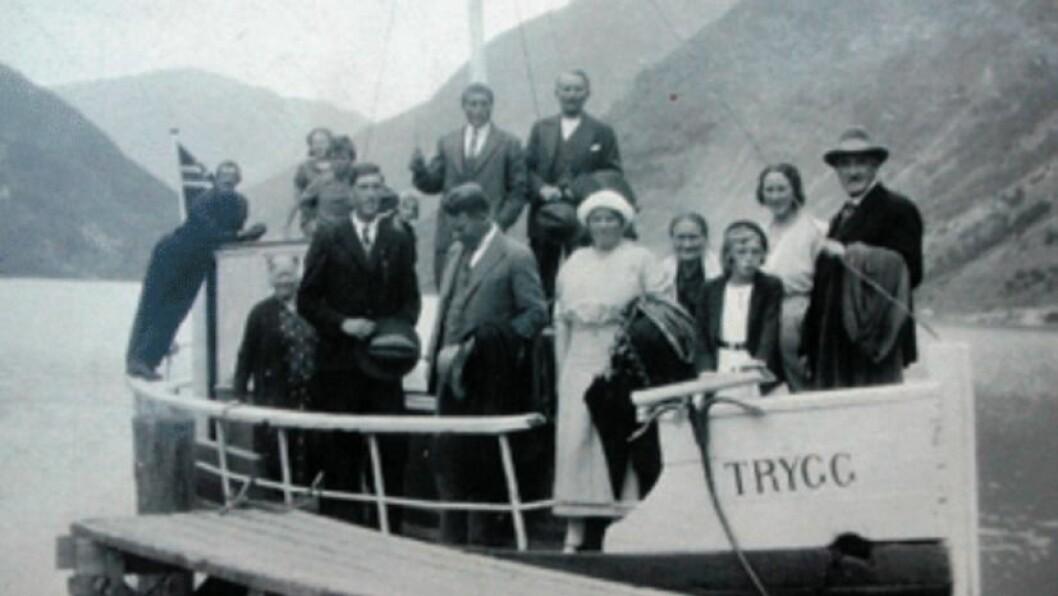 TRYGG: Båtkyss på Årdalsvatnet med «Trygg», med Olav Lægreid.