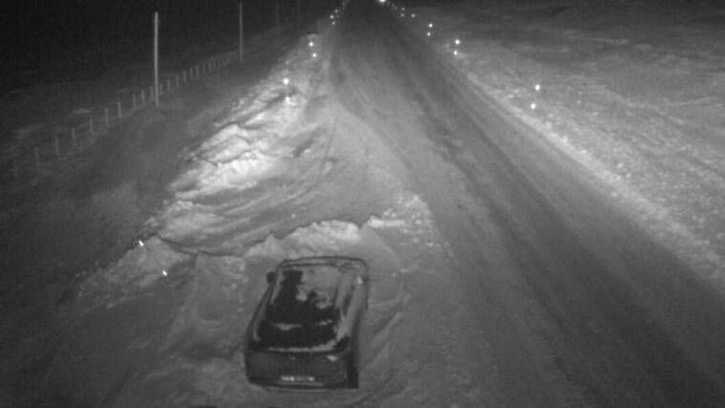 BILBERGING: Biletet er teke av eit webkamera på Breistølen, i retning Borlaug, klokka 19:19. Det er uvisst om bilen på biletet har noko med stenginga å gjera.