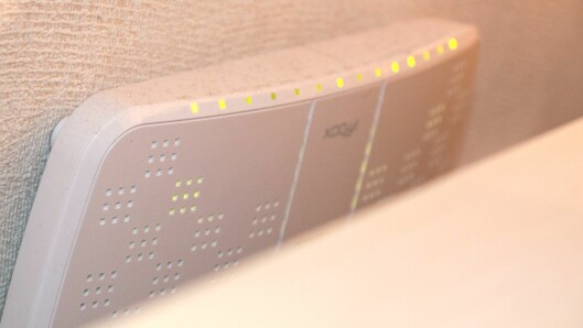 """Best å gøyme? Nei, i alle fall ikkje rett bak TV-en, den vil blokkere mykje av signala. Den beste løysinga får du om du set opp eigne, frittsåande Wi-Fi-sendarar, som """"snakkar saman"""" i eit maskenett (mesh)."""