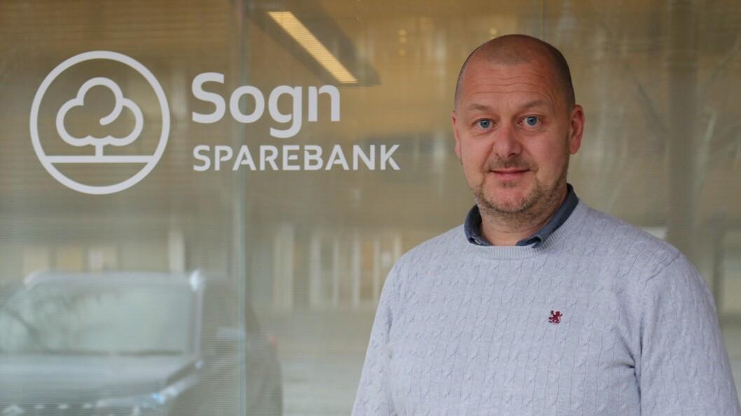 OPPMODAR: Magne Klepp, leiar i personmarked i Sogn Sparebank oppmodar alle til å legitimere seg snarast.