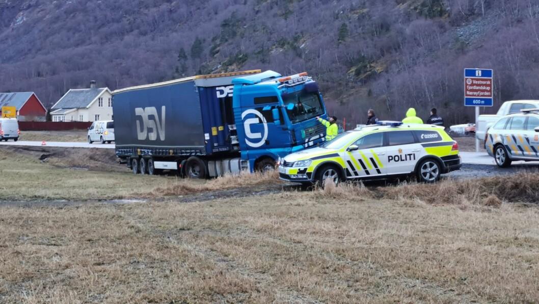KØYRDE AV VEGEN: Politiet rykka onsdag ut til Lærdal der eit vogntog hadde køyrt av vegen på Øvre Eri.
