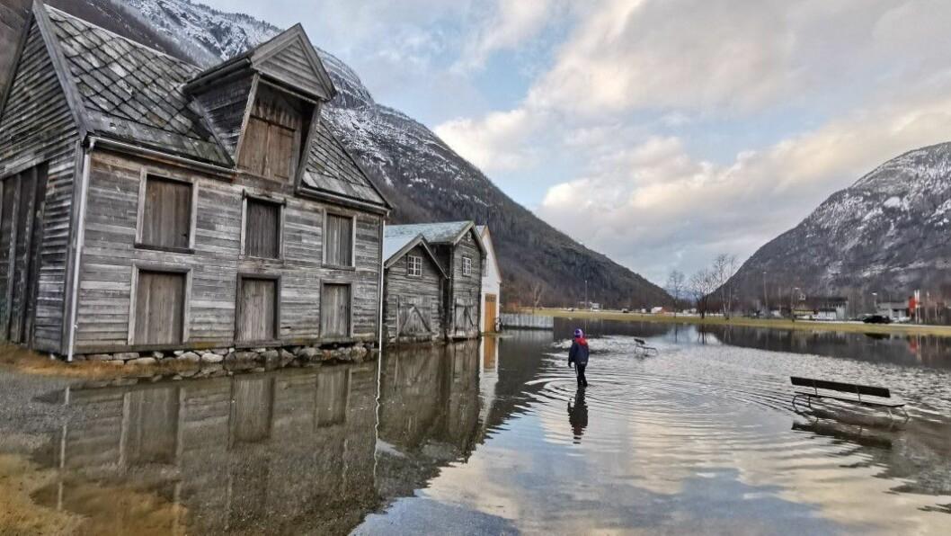 VASSETUR: Delar av Lærdal sentrum var dekt av vatn då det var springflod tidlegare i veka.