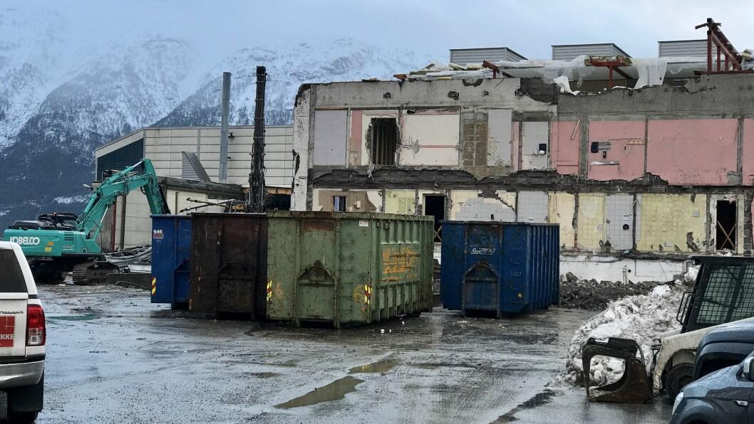 PLUKKA I BITAR: Rivinga av syltetøyfabrikken på kaia i Sogndal er godt i gang.