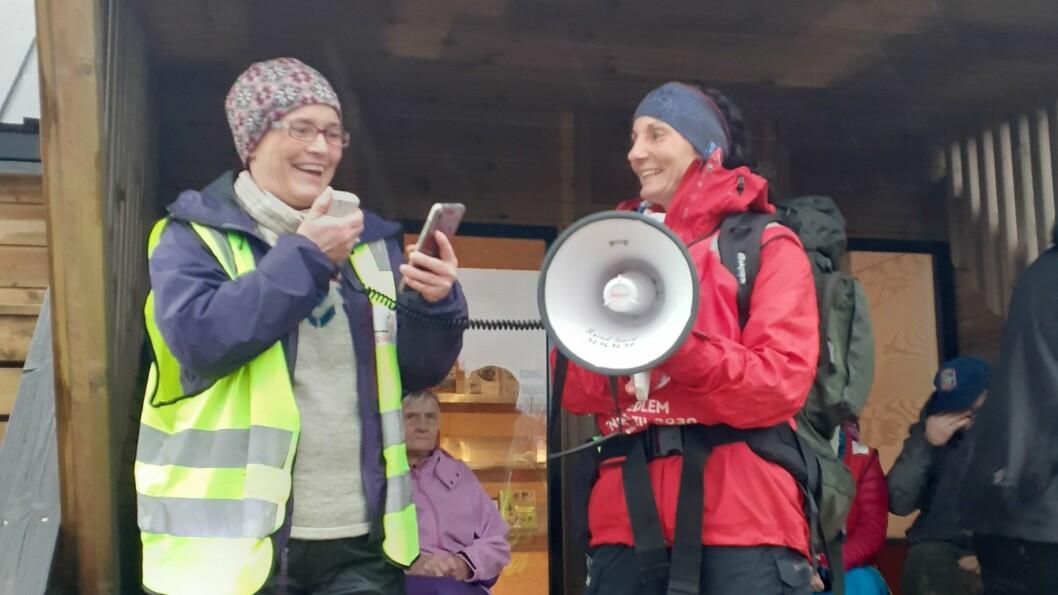 Anita Oppedal og Linda Hantveit snakka for forsamlinga som tok seg turen til dagsturhytta laurdag. Målet var å gjere fleire medviten på naturen ein har rundt seg.