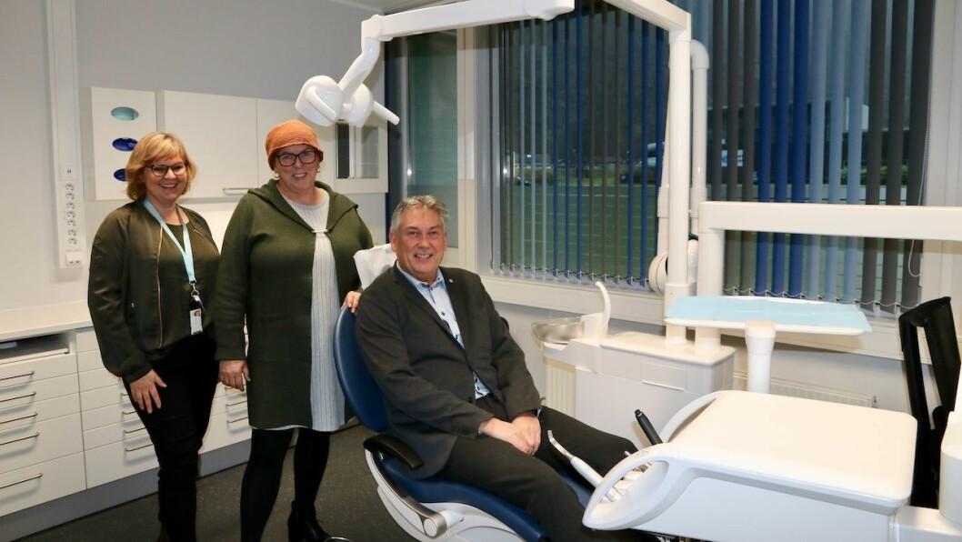 TEST: Ordførar Petter Sortland (Ap) var nøgd med å få prøvesitje i ein av dei nye stolane på tannklinikken. Til venstre står klinikkleiar Hildegunn Norevik Løland og i midten direktør for tannhelse i fylkeskommunen, Clara Øberg.