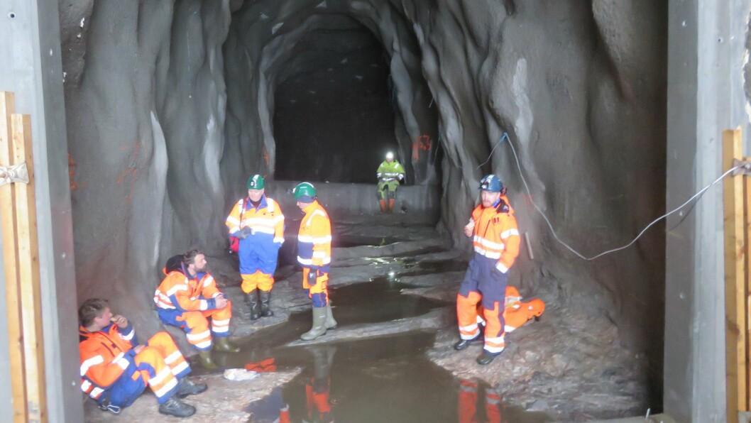 Etter den siste salva vart sprengt var det ei lita markering oppe på fjellet ved vatnet blant dei som var med på arbeidet. Dette er ein sidetunnel som går frå hovudtunnelen og opp i Randalen, der salva vart avfyrt.