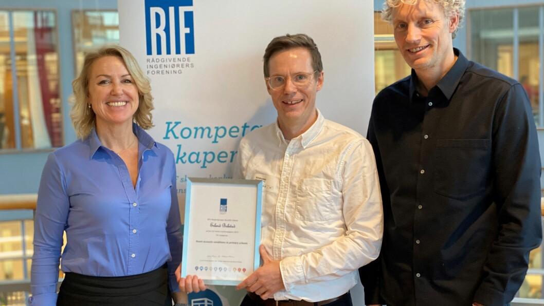 HEIDRA: Erlend Bolstad i midten, omgitt av Liv Kari Skudal Hansteen (administrerande direktør i RIF) og Tore Moen (leiar for  ekspertgruppa til RIF innan akustikk).