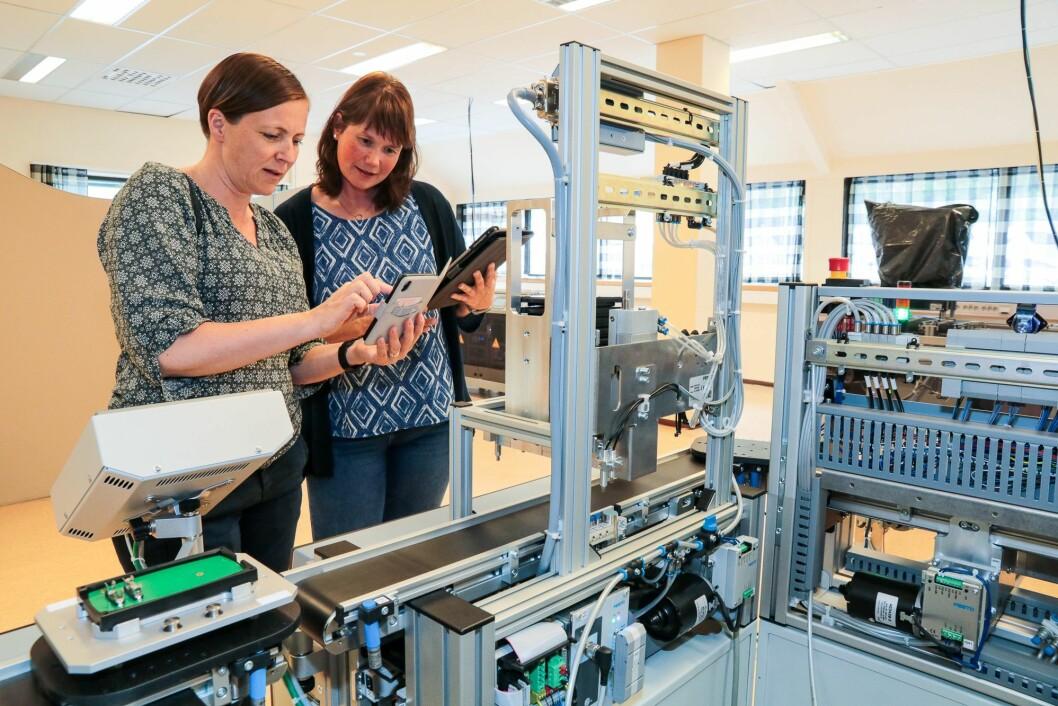 """Programmering: Linda Nordheim og Cecilie Holst """"leikar seg"""" med den nye øvingsfabrikken til Sitep."""