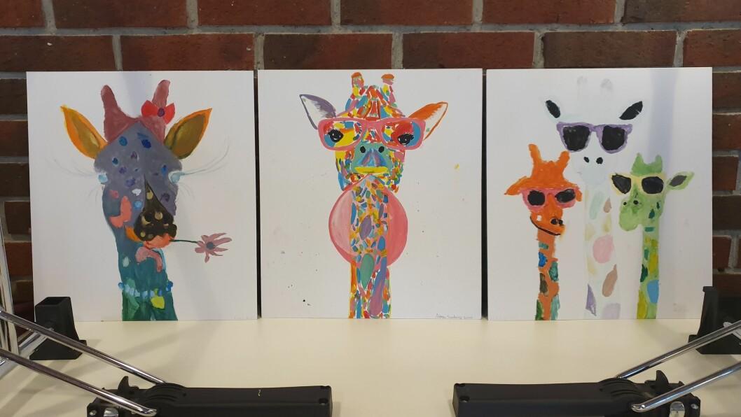 Susan Norman skissa opp giraffar som alle deltakarane på workshopen hennar måla.
