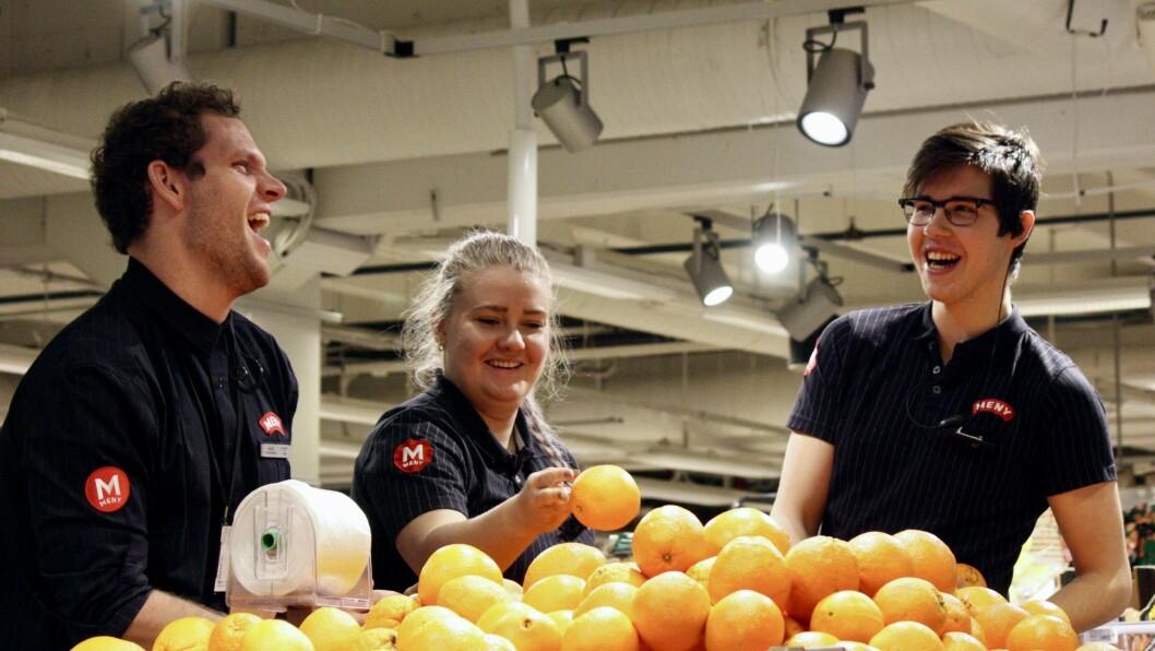 NØGDE: – Når me trivst på jobb ser kundane det òg, seier trainee Halvor Larsen. Her saman med assisterande butikksjef Arinda Uglum og lærling Fredrik Nygård.