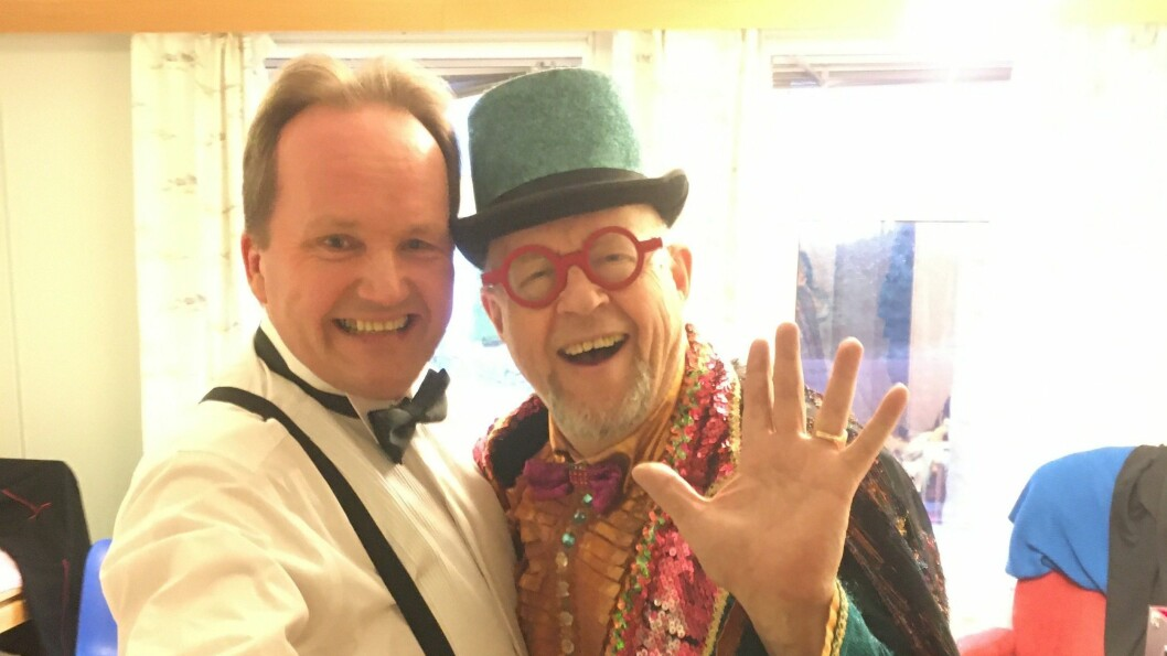 Jan Kjetil Smørdal (t.v) og Professor Bluffo reiser rundt på sjukeheimar med eit lite sirkushow.