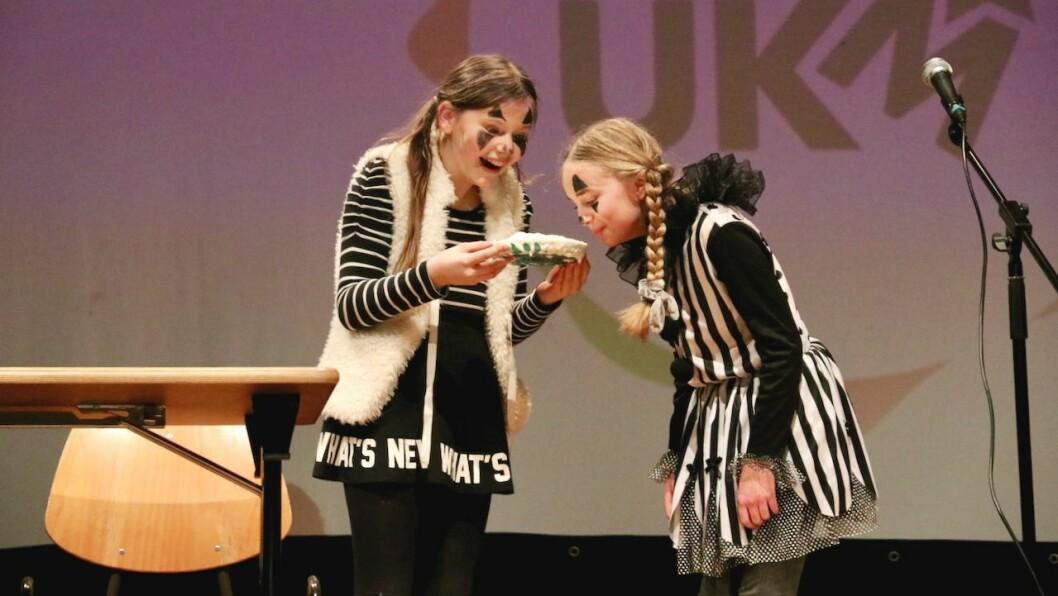 KLOVNAR: Amanda Hjønnevåg (12) (t.v.) og Malin Styve (12) (t.h.) hadde eit morosamt innslag som klovnar på scena.