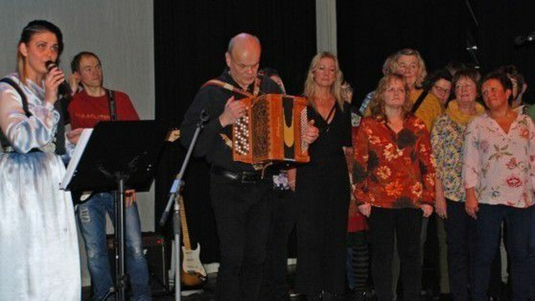 Audur Gudjonsdottir og Lærdal songkor framførte Islenska konan saman.