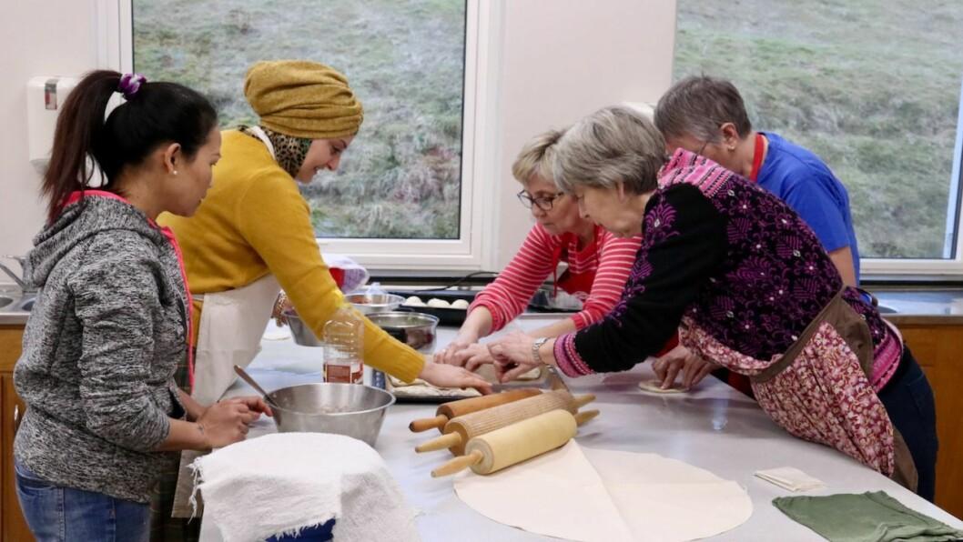 KURS: Deltakarane på kurset i syrisk lefsebaking samarbeidde om baksten. Dei lærte mykje nytt om både smakar og handsaming av deig.