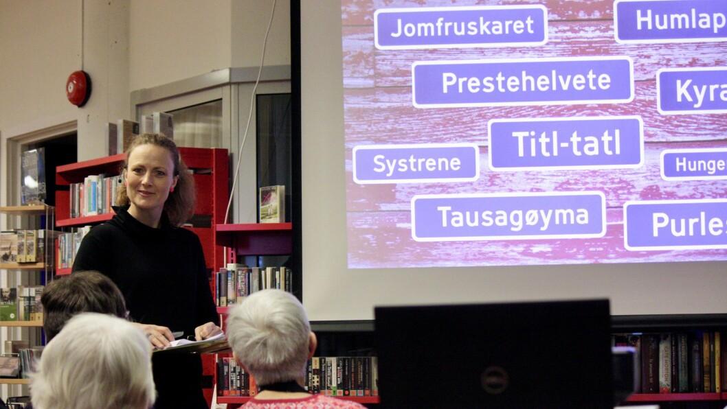 KÅSERI: Laurdag kåserte NRK-journlist Gøril Grov Sørdal om rare, artige og grove stadnamn på Sogndal bibliotek.