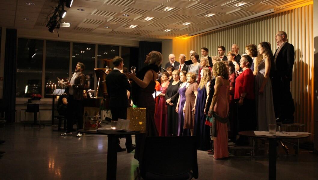 AVSLUTNING: Sogndal songlag, dei tre solistane Synnøve Nordvik (sopran), Eivind Kandal (tenor) og Gro Bente Kjellevold (mezzosopran) under avslutningsnummeret i Blaoboksen laurdag.