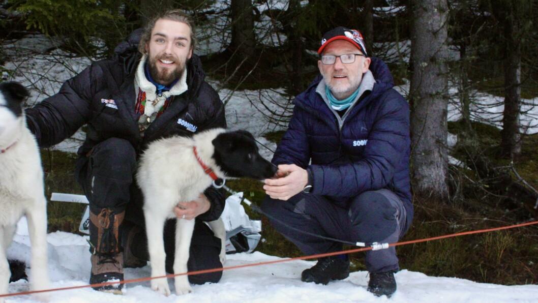 Kenzo Dijksterhuis i Fjord Husky og dagleg leiar i Sogndal skisenter, Per Odd Grevsnes, er bortom skogen der hundane held til.