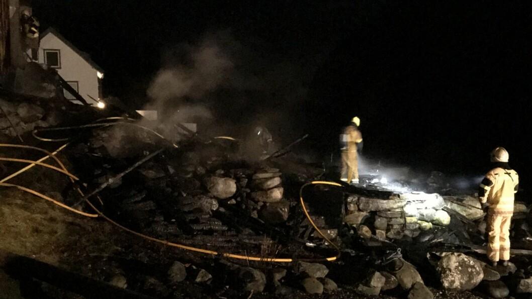 Natt til måndag starta det ein brann i naust i Undredal som vidare spreidde seg til nokre bygningar i nærleiken.