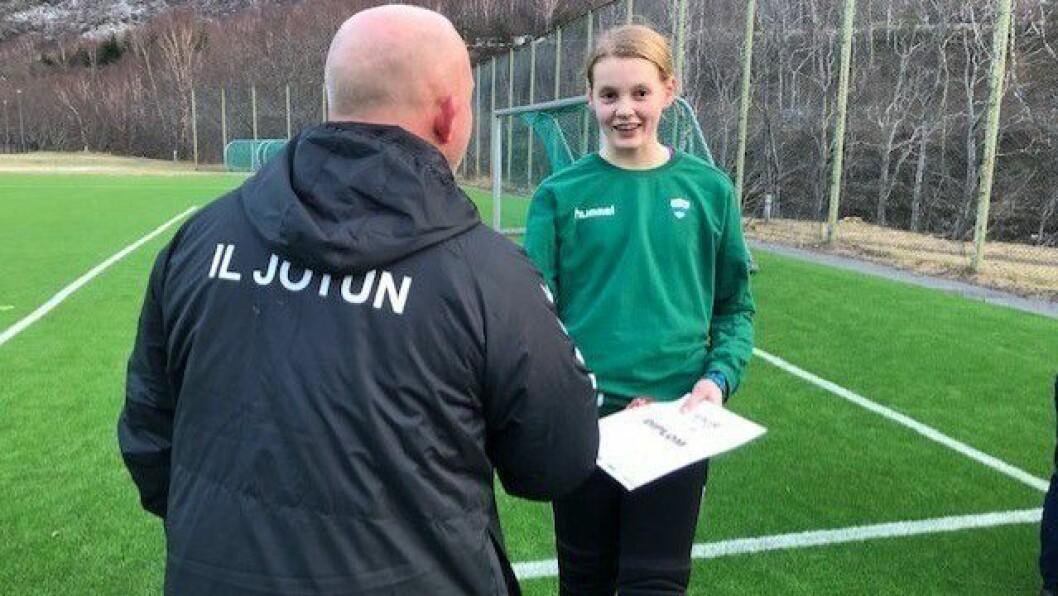 FØRST UT: Emmeli Jevnaker får utdelt diplom frå Ivar Otto Øren, som ei utmerking for at ho har vist god sportsånd.