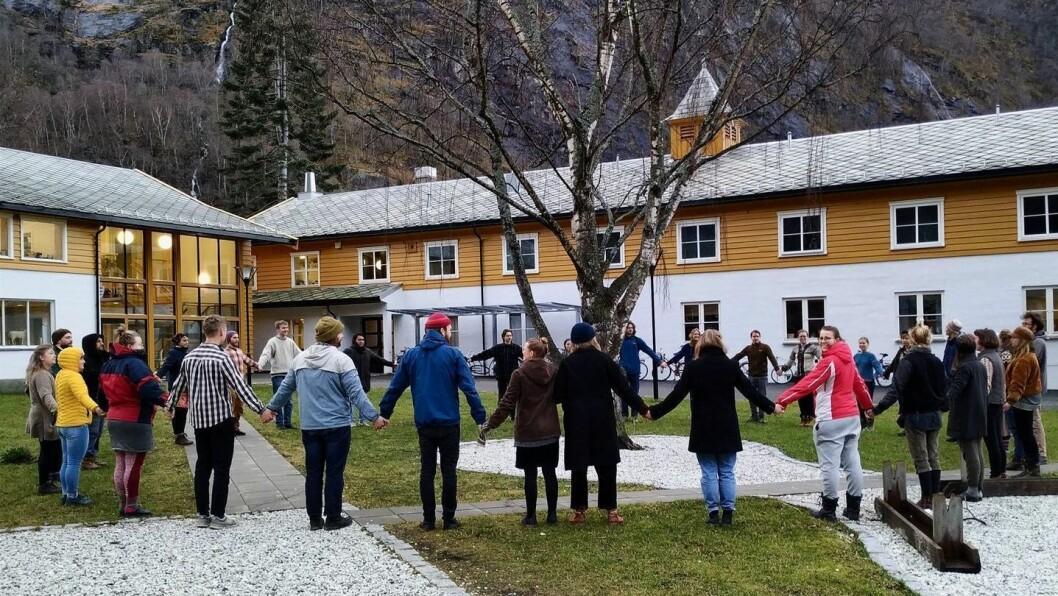 BEST I KLIMAKLASSEN: Elevane og lærarane på økoskulen i Aurland gjorde det skarpt i nasjonal klimakonkurranse.