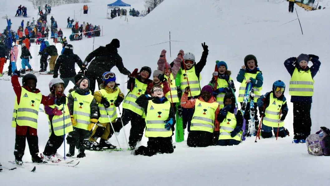 Skulefritidsordninga på Trudvang skule nytta den snørike vinterferiedagen på ski og akebrett ved skitrekket i Rindabotn.