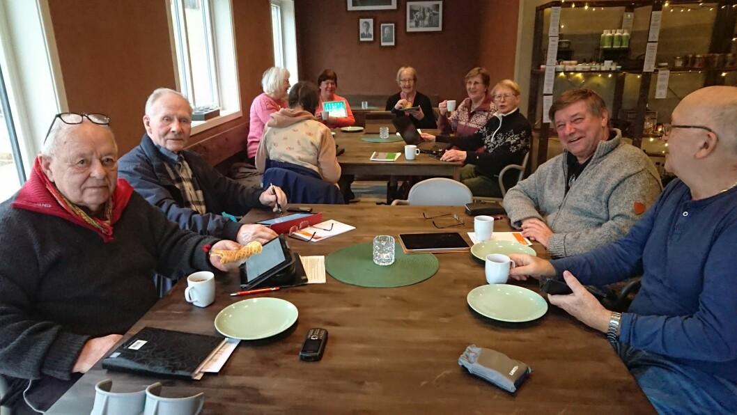 Tre gonger i februar møter seniorar opp på Tveita Gardsmat for å øve på teknologien.