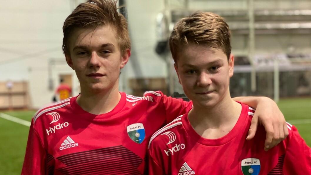 LYS FRAMTID: Lidvin Berge Hestetun og Sander Kilen debuterte begge for Årdal FK på søndag.