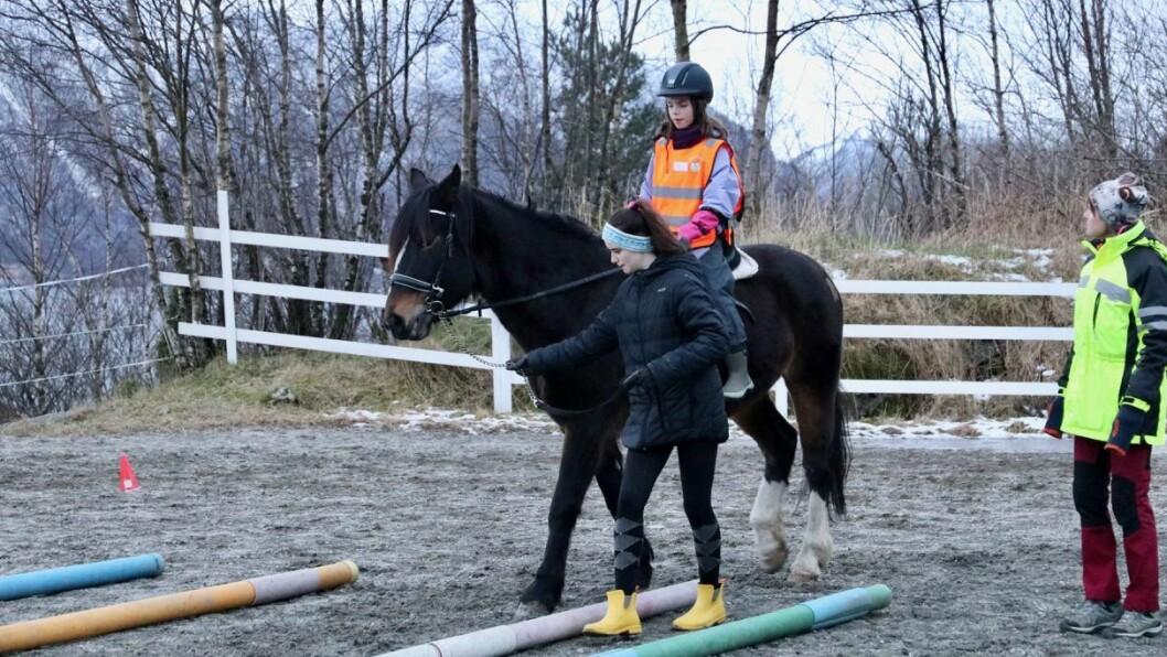 ØVING: Her er Ciana Tonning Hansen (10) ute og rir på travaren Jerva.