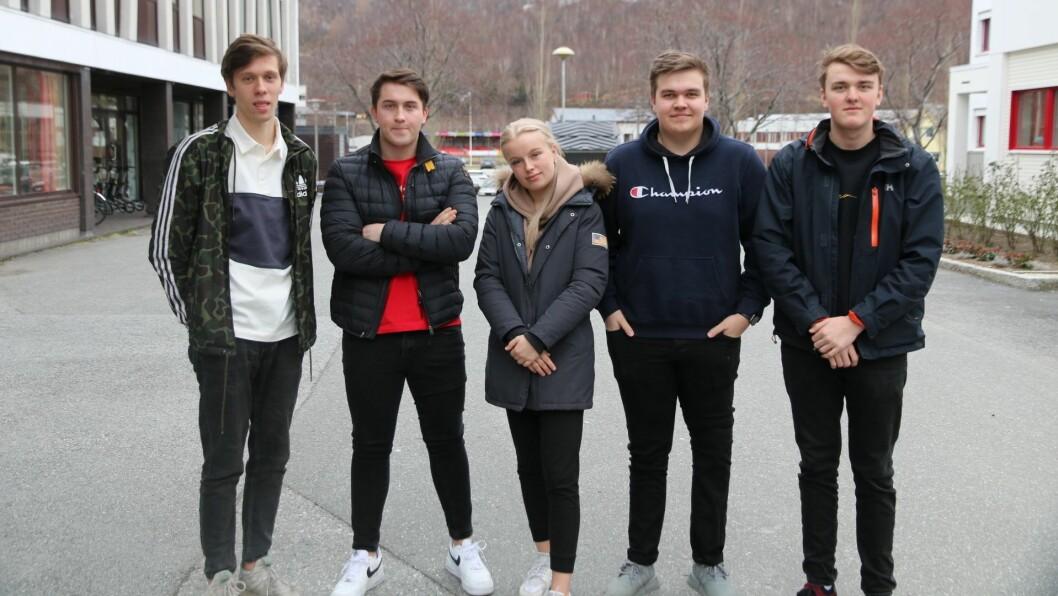 Årets russestyret på Årdal vidaregåande skule er klare for å samle inn pengar til kreftforeningen. F.v: Frode Sanden, Åsmund Nesse, Dorthe Midtun Haugen, Tobias Offerdal Røneid, og Thomas Gjermo Teigen.