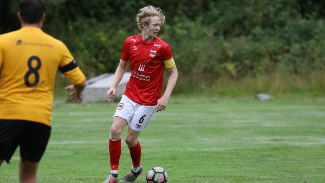 NY DRAKT: Jacob Frøyen Bergset er lærling som prosessteknikar i Hydro, og så er han fotballspelar for Årdal fotballklubb.
