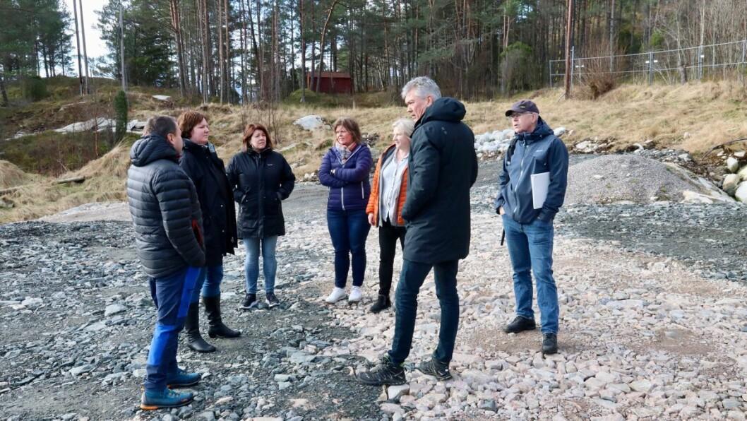 SYNFARING: Planutvalet i Høyanger tok turen til industritomta Kvammen indre i Lavik for å sjå korleis den ser ut.