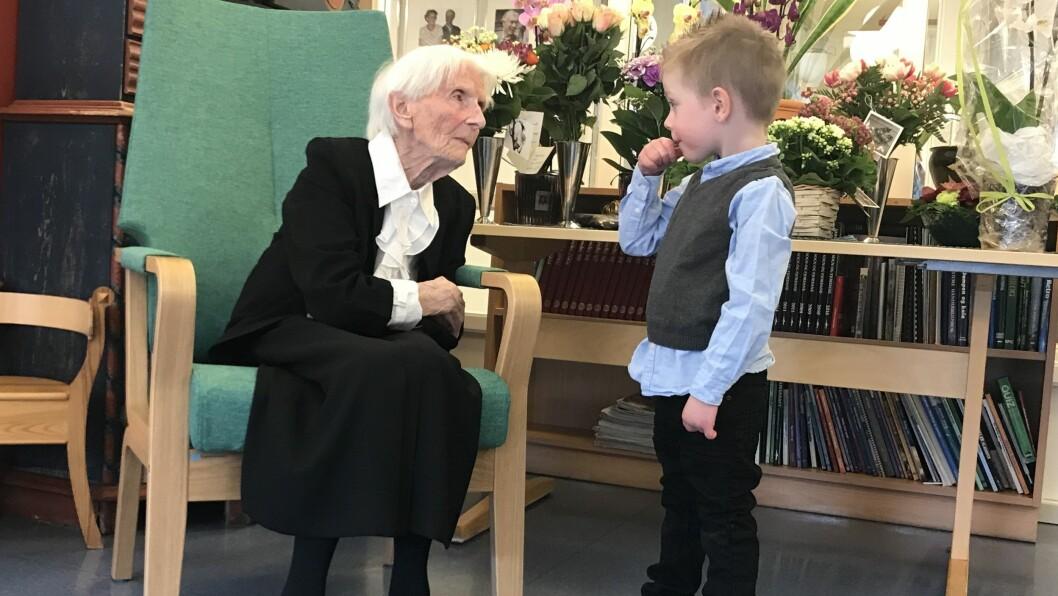 GENERASJONSTREFF: Inger Mo (100) og oldebarnet Aron Mo Rognes (3) slår av ein prat på bursdagsfesten.