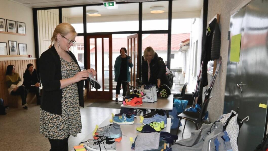 PÅ UTKIKK: Anne-Line Kvame var på utkikk etter brukt utstyr til borna sine då ho tok turen innom bruktmarknaden søndag.