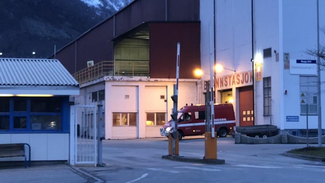 BRANN: Brannen på fabrikken vart meld 17.46. Tre kvarter seinare var det tilsynelatande roleg på staden.