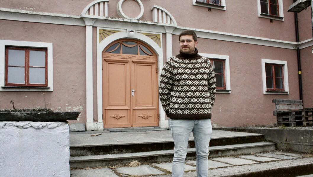 SOLHOV: – Då eg var 16-17 år, så var dette huset her framleis i drift somein plass der folk reiste på dans. Og det var gjerne eit band som spelte på scena, seier Håvard Øyrehagen.