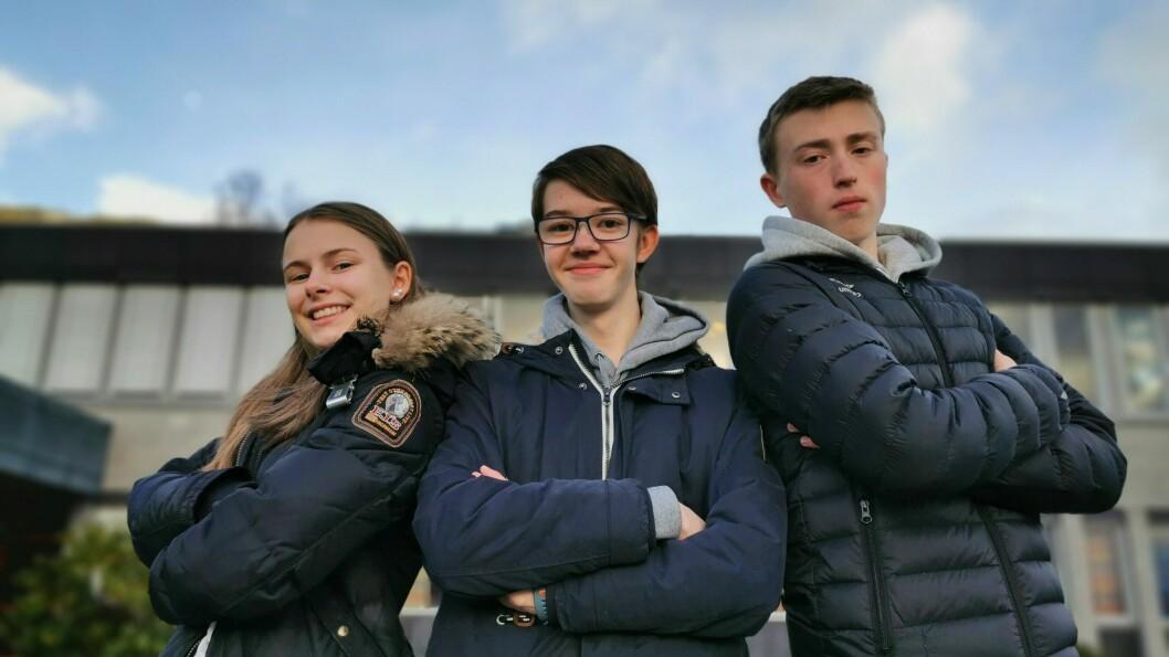 Kristin Fredheim, Julian Nikolai Husum og Alexander Slinde frå Leikanger ungdomsskule er å sjå i klassequiz-finalen i ettermiddag.