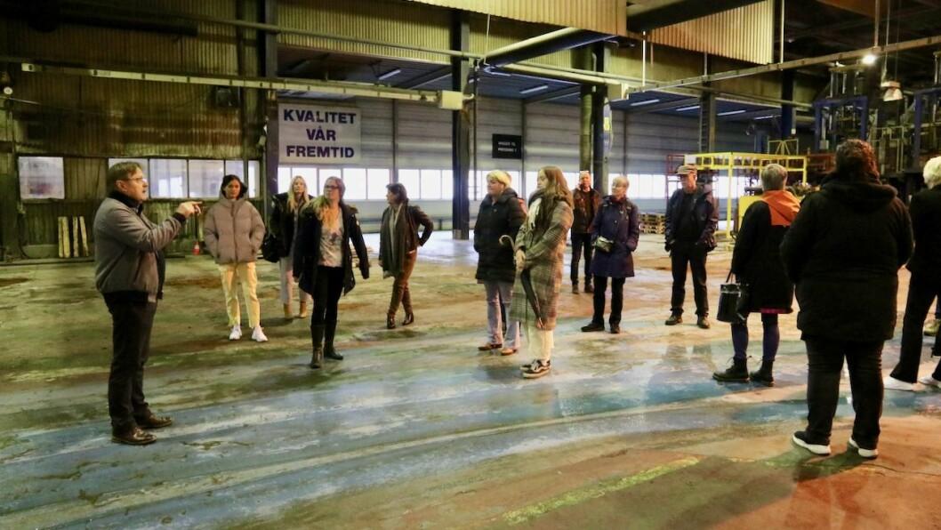 SYNFARING: Kommunestyret i Høyanger fekk sjå seg om i Fundo-bygget med næringssjef Terje Søreide som guide.