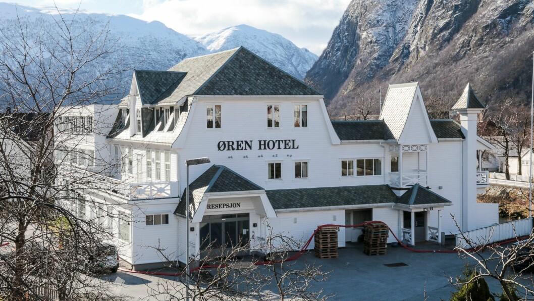 HØYANGER: På Øren Hotel i Høyanger stengde salet av alkohol ved midnatt før dei nye restriksjonane. Det same gjeld Lærdalsøren Hotel.