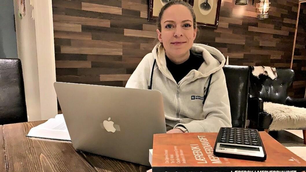 NETTSTUDENT: Ingrid Nordbye-Antonsen kombinerer familieliv med studiar