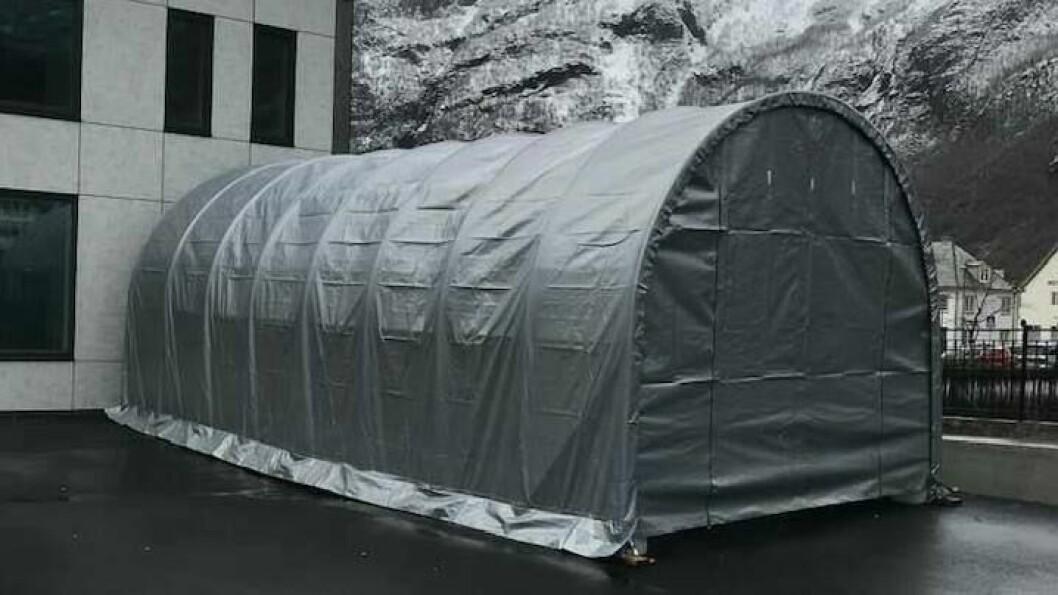 TELT: I dette teltet skal du køyre inn med bil viss legekontoret har henvist deg for testing.