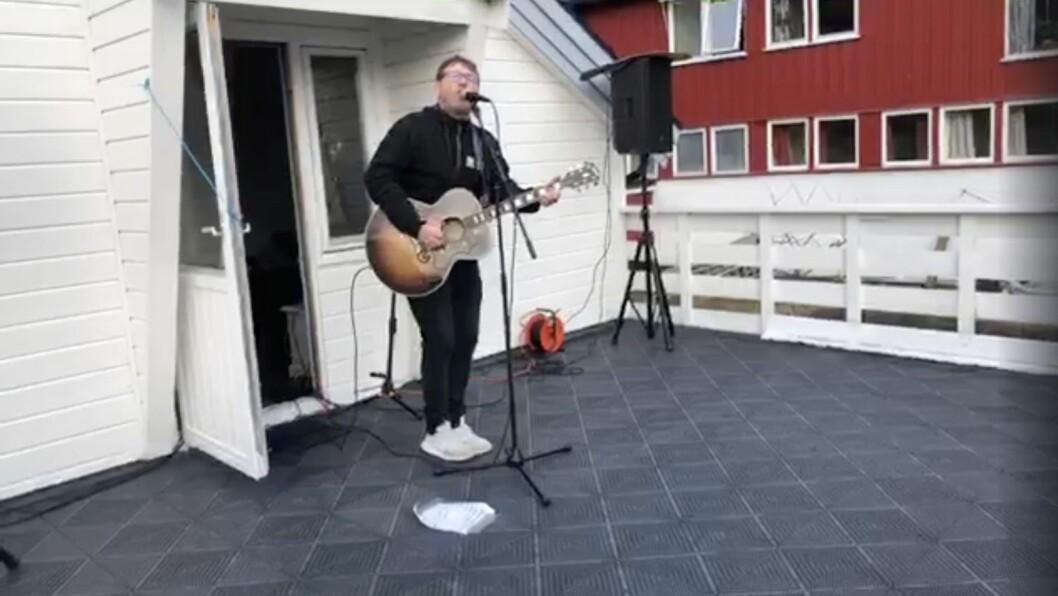 Det er vanskelege tider for fleire i kulturbransjen då alt vert avlyst. Fleire har konsertar direkte frå stova, eller i Ketil Thorbjørnsen sitt tilfelle, verandaen heime og ut på Facebook.