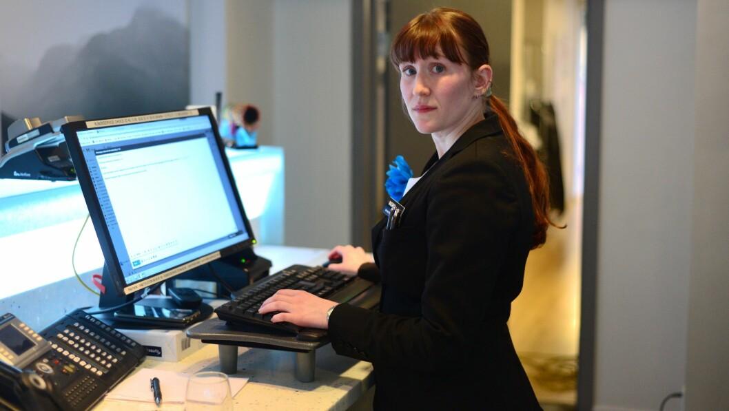 TØFFE TIDER: Resepsjonist Ingrid Koren er ein av 102 tilsette som er permitterte frå Quality Hotel i Sogndal.