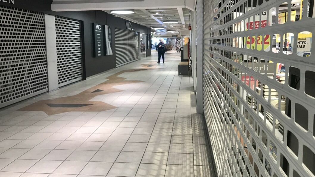 HALV MASKIN: Fleire butikkar på AMFI Sogningen er stengde, eller har reduserte opningstider. Norli, som er avbilda til høgre, har reduserte opningstider.