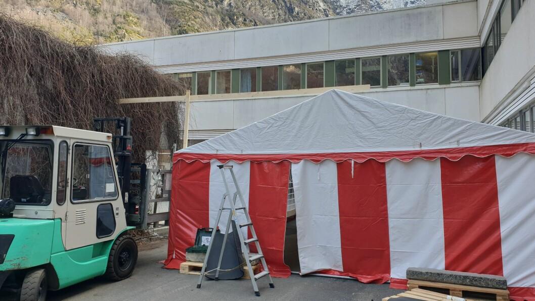 SMITTEVERN: I Lærdal har det blitt etablert eit mottakstelt på baksida av sjukehuset. Dette for å unngå at eventuelt smitta personar spreier viruset til resten av pasientane eller dei tilsette.