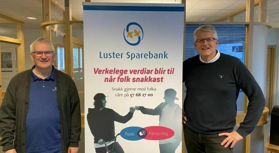 TO NYE ÅR: Banskjef Oddstein Haugen (til venstre) i Luster Sparebank blir ikkje pensjonist heilt enno. Styreleiar Svein Ove Slinde til høgre.