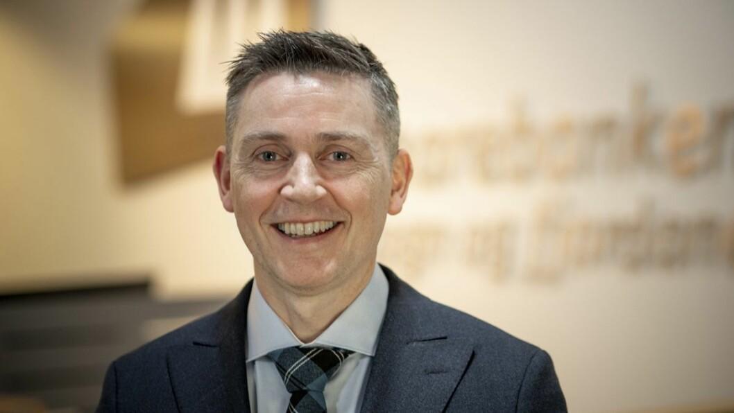 Administrerande direktør i Sparebanken Sogn og Fjordane, Trond Teigene, meiner at ein ipad kan gi eit lysglimt i kvardagen både for barna og dei eldre.