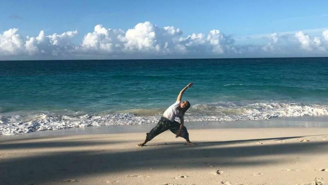 For to veker sidan var Katrin Mo på Bahamas og kunne praktisera karmayoga på stranda. No tilpasser ho yogatimane sine høva og har gått over til å undervise via video frå stova.