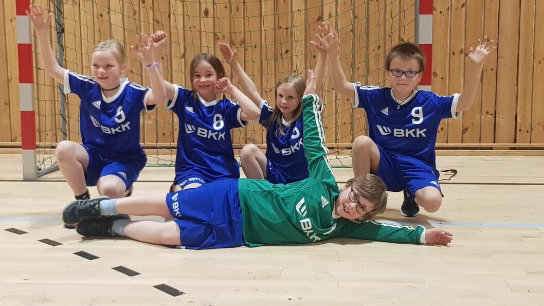 Ein gjeng på 11-12 stykker møtest i gymsalen på Dalsøyra for å spele håndball.
